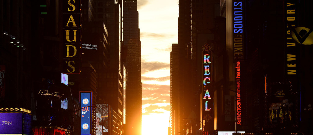 """The sun sets over Manhattan, aligned exactly with the streets in a phenomenon known as """"Manhattanhenge"""", in New York City, U.S., July 11, 2016. REUTERS/Mark Kauzlarich"""