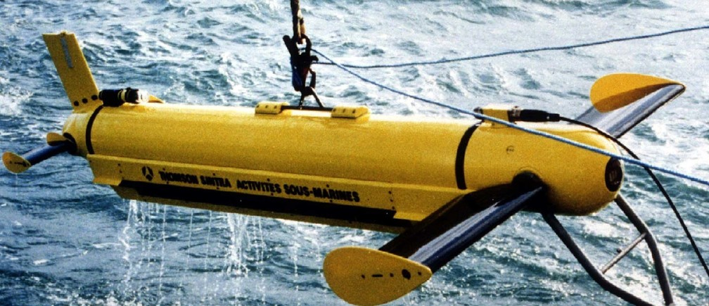 -UNDATED FILE PHOTO - The US. Navy will search the Atlantic Ocean floor off New York for key flight data and voice recorders from the TWA passenger jet that crashed July 17, the Pentagon said July 18. This side-scan sonar array shown in file photo is similar to a device that may be used in the search. - PBEAHUMVSCD