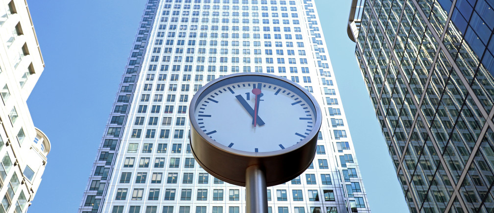 A clock is seen in London's Financial centre at Canary Wharf In London, Britain as a minute silence is held at 11.00 for the victims of the Manchester bomb attack May 25, 2017. REUTERS/Russell Boyce - RC1F5EAFE460