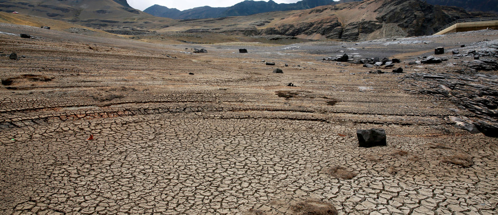 A view of dried Ajuan Khota dam, a water reserve affected by drought near La Paz, Bolivia, November 17, 2016.Picture taken in November 17, 2016. REUTERS/David Mercado - RTX2UCSN