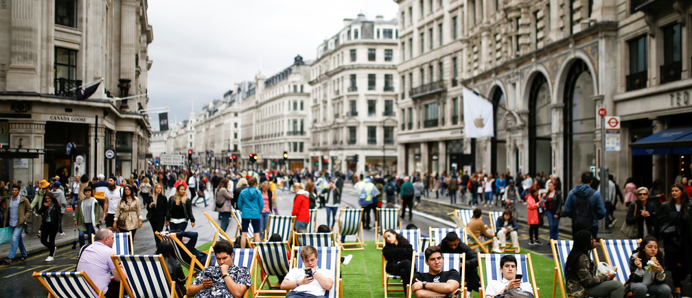 People relax on deck chairs on Regent Street after it was shut as part of 'Car Free Day' in London, Britain, September 22, 2019. REUTERS/Henry Nicholls - RC17B6B5F0F0