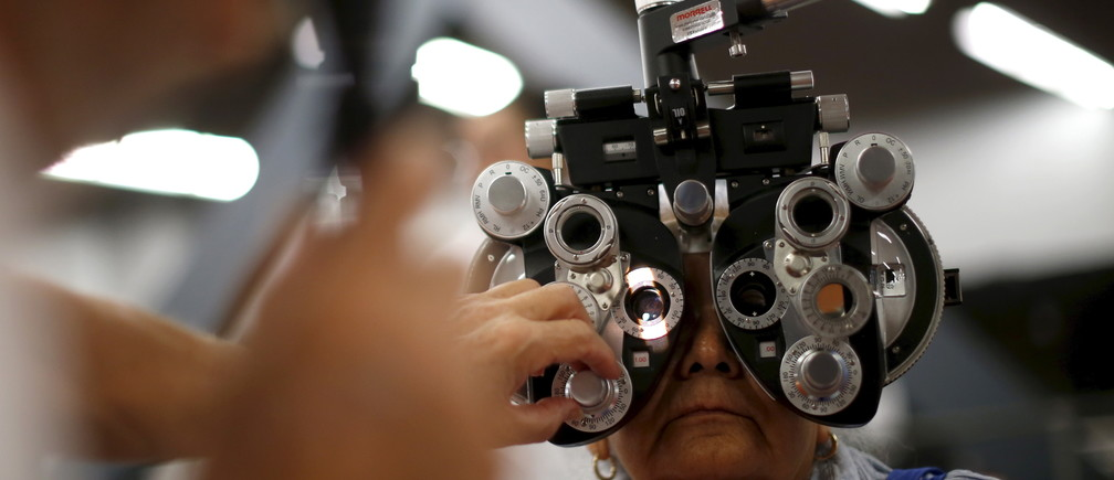 A woman has her eyes tested at the Care Harbor four-day free clinic, which offers free medical, dental, and vision care to around 4,000 uninsured people in Los Angeles, California, United States October 15, 2015. REUTERS/Lucy Nicholson - GF10000246694
