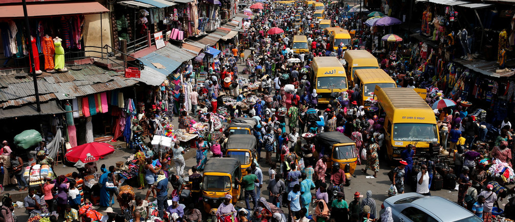 People crowd a street at the central business district in Nigeria's commercial capital Lagos ahead of Christmas December 23, 2016. REUTERS/Akintunde Akinleye - RC1EAB06DED0