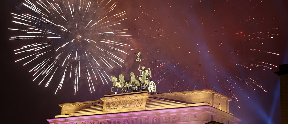 Fireworks explode next to the Quadriga sculpture atop the Brandenburg gate during New Year celebrations in Berlin, Germany, January 1, 2017.   REUTERS/Fabrizio Bensch - LR1ECCV1S8TQA