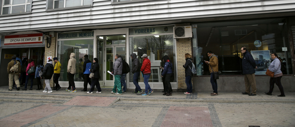 People queue outside a government-run job centre in Madrid, Spain, January 28, 2016. REUTERS/Andrea Comas - D1BESJSVKEAA