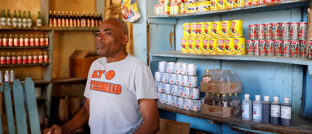 Benito Voltaire está dentro de su tienda, en Jean Rabel, Haití, el 1 de febrero de 2020.
