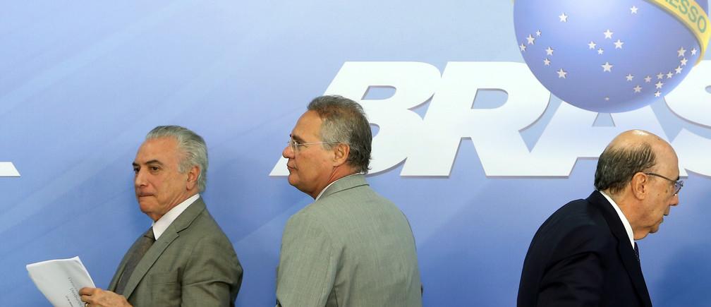 Brazil's Finance Minister Henrique Meirelles (R), President Michel Temer (L) and Senate President Renan Calheiros attend the announcement of a stimulus plan in Brasilia, Brazil December 15, 2016. REUTERS/Adriano Machado - RTX2V940