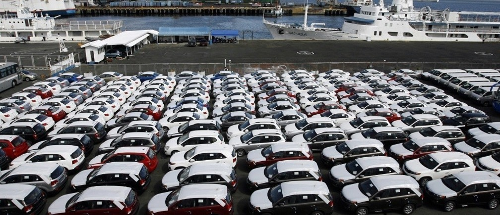 Newly arrived Korean made KIA Sorento SUVs are seen parked at the port of Manila April 14, 2010. Car sales rose 35.5 percent to 38, 709 units in the first quarter against the 28,563 sold in the same period last year, the Chamber of Automotive Manufacturers of the Philippines Inc. said in a statement Thursday.  REUTERS/Erik de Castro (PHILIPPINES - Tags: BUSINESS TRANSPORT) - RTR2CSOY
