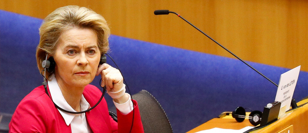 La Presidenta de la Comisión Europea, Ursula von der Leyen, usa guantes protectores durante una sesión especial del Parlamento Europeo para aprobar medidas especiales para suavizar el repentino impacto económico de la enfermedad coronavirus (COVID-19), en Bruselas, Bélgica, el 26 de marzo de 2020.