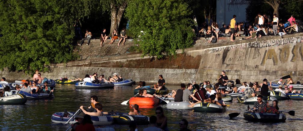 La gente disfruta del sol en los barcos, en el Landwehrkanal, en medio de la propagación de la enfermedad coronavirus (COVID-19), en Berlín, Alemania, el 9 de mayo de 2020.