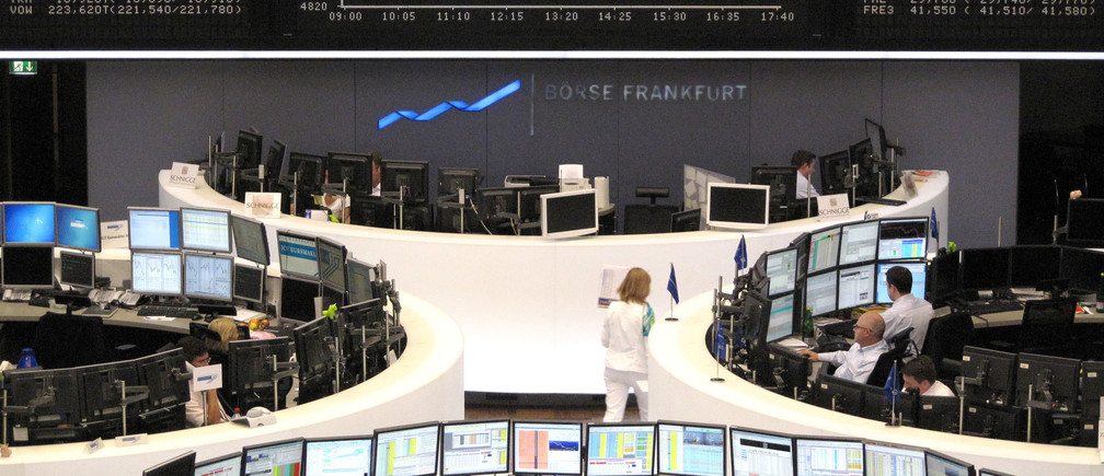 Traders work at their desks in front of the DAX board at the Frankfurt stock exchange May 25, 2009. REUTERS/Remote/Pawel Kopczynski  (GERMANY BUSINESS) - BM2E55P0UXS01