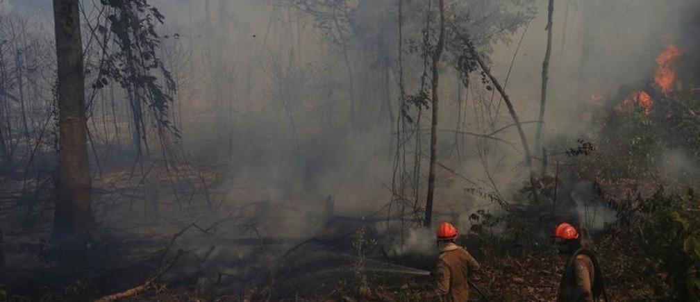 Firefighters from ABAFA Amazonia operation put out a fire in a forest in the city of Uniao do Sul, in Mato Grosso, Brazil September 4, 2019. REUTERS/Amanda Perobelli - RC1D4B324DE0