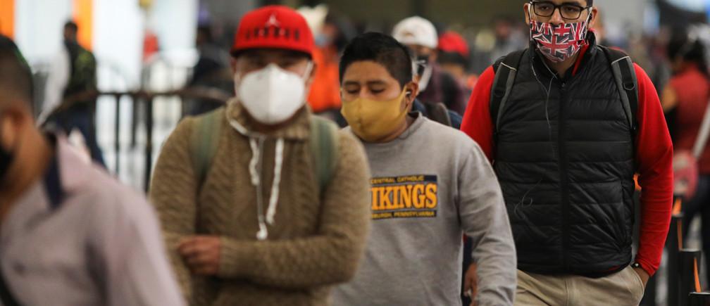 Personas con máscaras protectoras caminan dentro de una estación de metro después de que el gobierno de la ciudad levantara las restricciones al tráfico de coches y al transporte público junto con las obras de la fábrica, para reanudar bajo estrictas protecciones sanitarias, mientras el brote de la enfermedad coronavirus (COVID-19) continúa en la Ciudad de México, México, el 15 de junio de 2020.