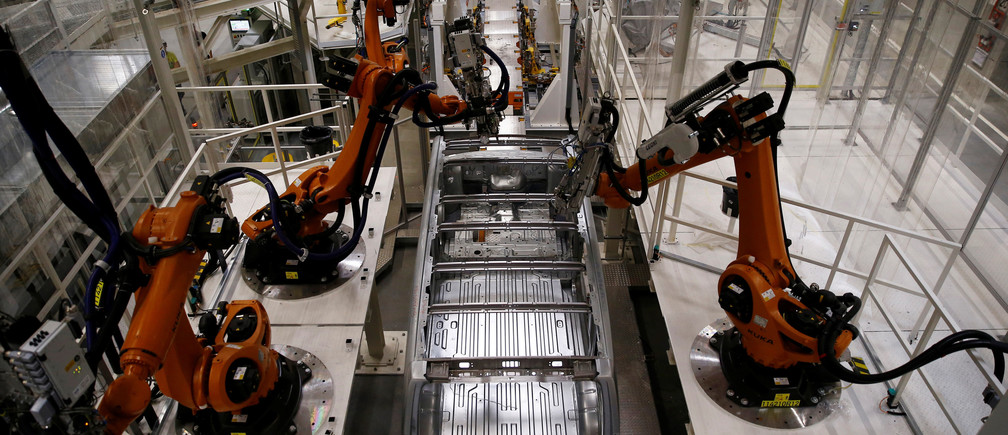 Automatic robots work on a new Volkswagen Crafter production line at the newly opened Volkswagen factory in Wrzesnia near Poznan, Poland September 9, 2016. German car manufacture company officially open factory in Wrzesnia on October 24, 2016. Picture taken on September 9, 2016. REUTERS/Kacper Pempel - S1AEUIWLRNAA