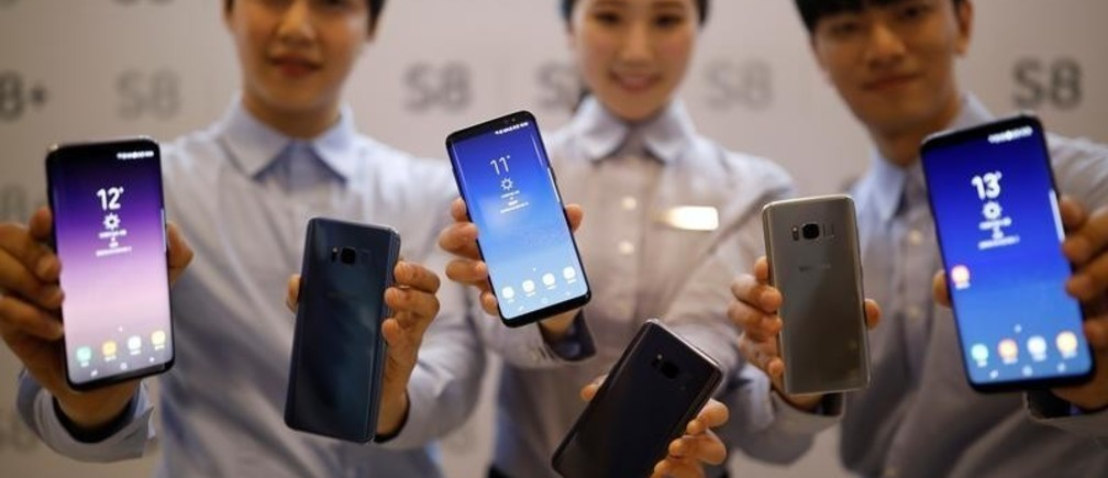 Models pose with Samsung Electronics' Galaxy S8 smartphones during a media event at a company's building in Seoul, South Korea, April 13, 2017.  REUTERS/Kim Hong-Ji - RC149C111920