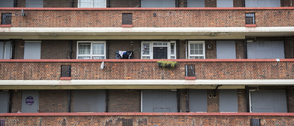 A resident hangs their washing outside their apartment in an otherwise abandoned building on the Aylesbury Estate in  south London, Britain October 15, 2015. In the past decade, 50 social housing estates with 30,000 homes have been regenerated across London. The total number of homes on those locations has doubled, but with a net loss of 8,000 homes available for the lowest social rents. Supporters say regeneration schemes create more and better homes in a city facing a housing shortage and eye-watering property prices. Objectors say they lead to social cleansing, with poor Londoners priced out as neighbourhoods go upmarket.  REUTERS/Neil Hall  TPX IMAGES OF THE DAY - LR1EBAJ0RU763