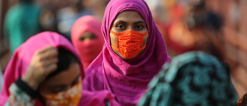 Un trabajador de la industria textil que lleva una máscara protectora, regresa de un lugar de trabajo cuando las fábricas han reabierto después de que el gobierno haya suavizado las restricciones en medio de la preocupación por el brote de la enfermedad coronavirus (COVID-19) en Dhaka, Bangladesh, el 4 de mayo de 2020.