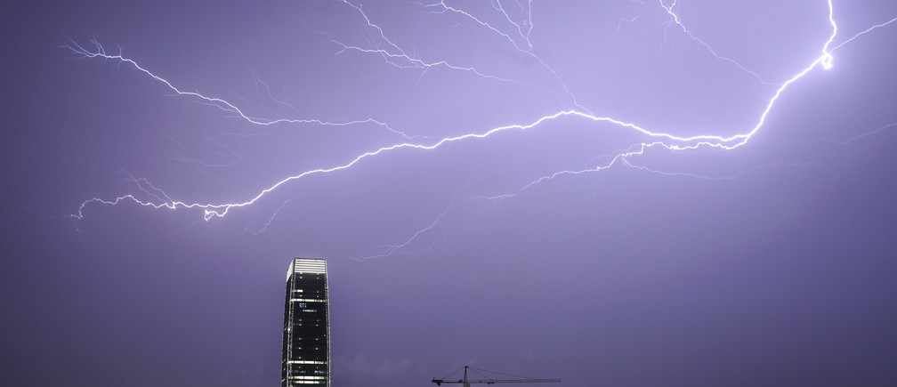 Lightening strikes across the sky during a thunderstorm in Guangzhou, Guangdong province, May 17, 2014. Picture taken May 17, 2014. REUTERS/Stringer (CHINA - Tags: ENVIRONMENT) CHINA OUT. NO COMMERCIAL OR EDITORIAL SALES IN CHINA - RTR3PNMC
