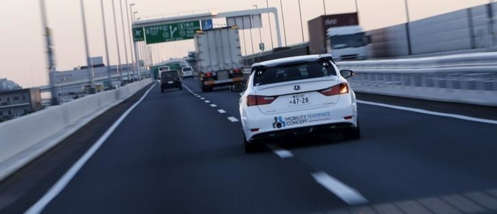 "Toyota Motor Corp's self-driving technology ""Mobility Teammate Concept"" prototype car changes lane on the Metropolitan Expressway during the Toyota Advanced Technologies media preview in Tokyo, Japan, October 8, 2015. Toyota Motor Corp said it would aim to bring to market cars that can autonomously change lanes, merge with traffic, and overtake other vehicles on highways by around 2020 as it aims to catch up in the nascent field of self-driving cars. REUTERS/Yuya Shino"