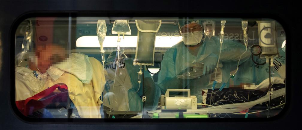 Le personnel médical installe les patients infectés par le COVID-19 à bord d'un TGV à la Gare d'Austerlitz, pour évacuer une partie des patients atteints de coronavirus des hôpitaux de la région parisienne vers la Bretagne, à Paris, France le 1er avril 2020.