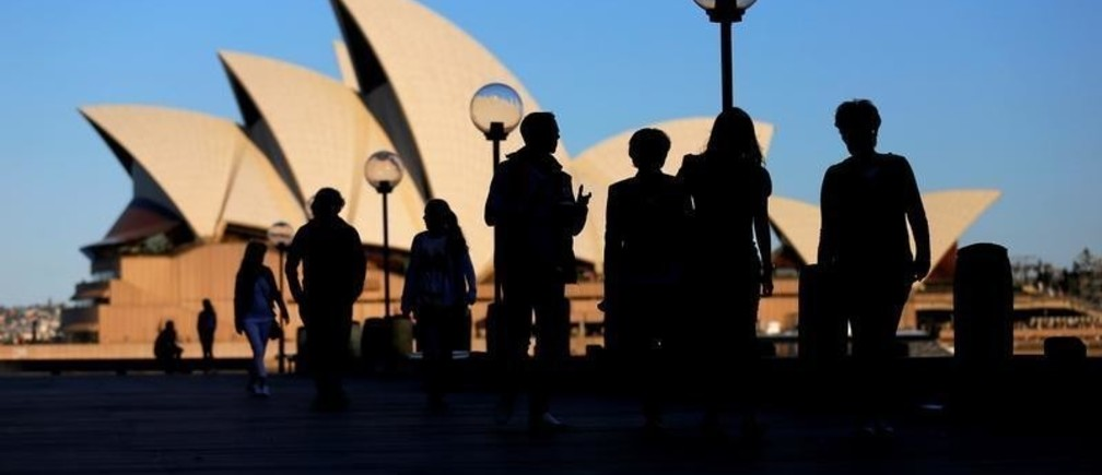 People walk in front of the Sydney Opera House, Australia, November 2, 2016. Picture taken November 2, 2016.     REUTERS/Steven Saphore - RTS12WL4