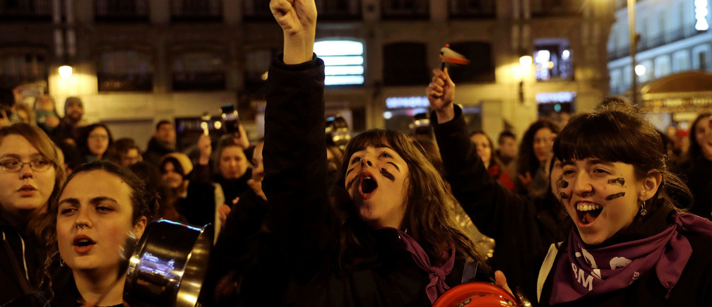 Women bang pots and pans during a protest at the start of a nationwide feminist strike on International Women's Day at Puerta del Sol Square in Madrid, Spain, March 8, 2019. REUTERS/Susana Vera     TPX IMAGES OF THE DAY - RC1D2D58AD60
