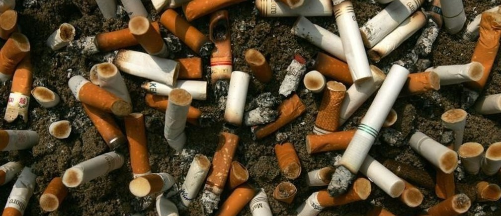 Cigarette butts fill an ashtray outside a construction site in Central, a business district in Hong Kong, October 18, 2006.  REUTERS/Paul Yeung  (HONG KONG) - GM1DTSZTLFAA