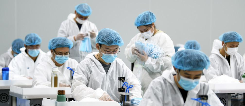 Les chercheurs affirment que le port d'un masque peut réduire considérablement la propagation des maladies par les microgouttelettes.