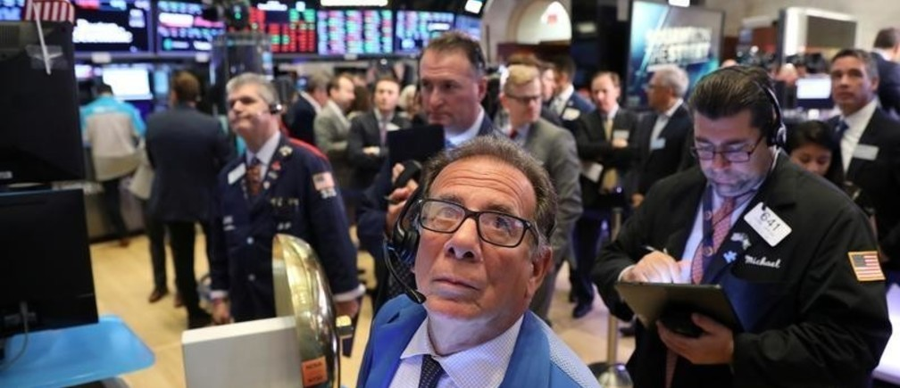 Traders work on the main trading floor of New York Stock Exchange (NYSE) after the opening bell of the trading session in New York City, New York, U.S., July 25, 2019. REUTERS/Brendan McDermid - RC165AFFB3A0