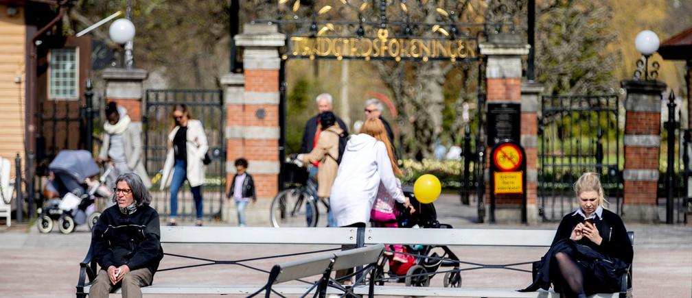 La gente practica el distanciamiento social fuera de la entrada del parque de la ciudad Tradgardsforeningen mientras continúa la propagación de la enfermedad coronavirus (COVID-19), en el centro de Gotemburgo, Suecia, el 24 de abril de 2020.