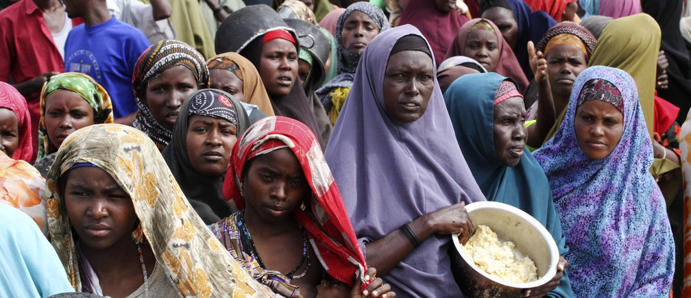 Internally displaced Somali women wait for food at a camp in the capital Mogadishu, July 20, 2011. The United Nations on Wednesday declared famine in two regions of southern Somalia, and warned that this could spread further within two months in the war-ravaged Horn of Africa country unless donors step in. REUTERS/Omar Faruk  (SOMALIA - Tags: DISASTER SOCIETY CONFLICT) TEMPLATE OUT - RTR2P2Z8