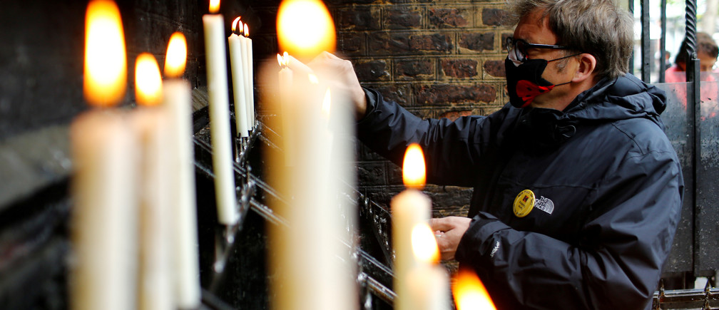 A faithful lights a candle outside the church, after the first mass open for believers after the closing of church services due to the spread of the coronavirus disease (COVID-19), in Kevelaer, Germany May 1, 2020. REUTERS/Thilo Schmuelgen - RC2NFG9XB3BA