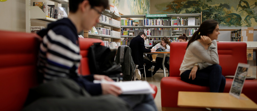 Students study at a library of the Paris-Sud University in Orsay, France, March 24, 2017. REUTERS/Benoit Tessier - RTS13OUT