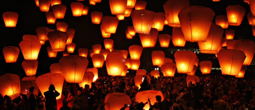 People release sky lanterns to celebrate the traditional Chinese Sky Lantern Festival in Pingsi, Taipei County, February 7, 2009.