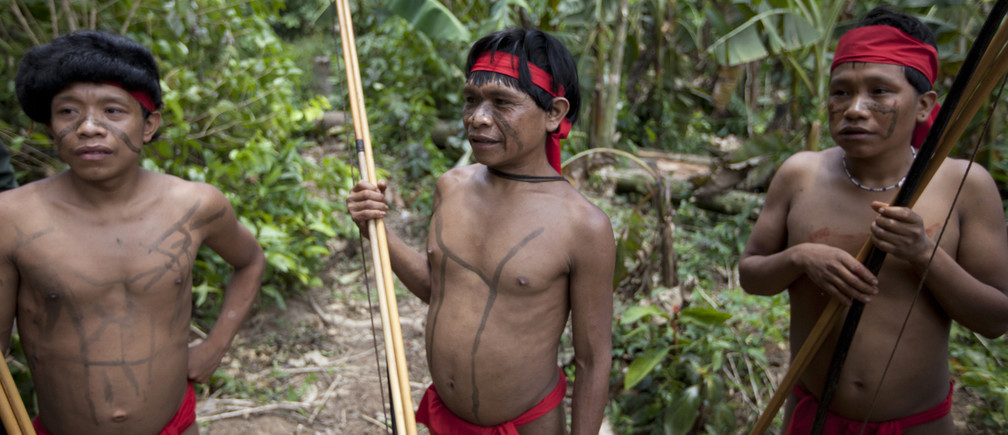 Yanomami Indians at the community of Irotatheri, are pictured during a government trip for journalists, as they wait to perform a dance to welcome an investigative commission, in the southern Amazonas state of Venezuela, just 19km (12 miles) from Brazil's border, September 7, 2012. The Venezuela government and indigenous groups are disputing whether an alleged massacre of Amazon villagers took place after the government said it found no evidence of an attack. A group representing the Yanomami tribe last week said that Brazilian gold miners had crossed the border and attacked a village from a helicopter. Venezuelan officials said over the weekend that flyovers of the area led them to believe that the allegations were false. Picture taken September 7, 2012. REUTERS/Carlos Garcia Rawlins (VENEZUELA - Tags: POLITICS SOCIETY) - GM1E89919QN01