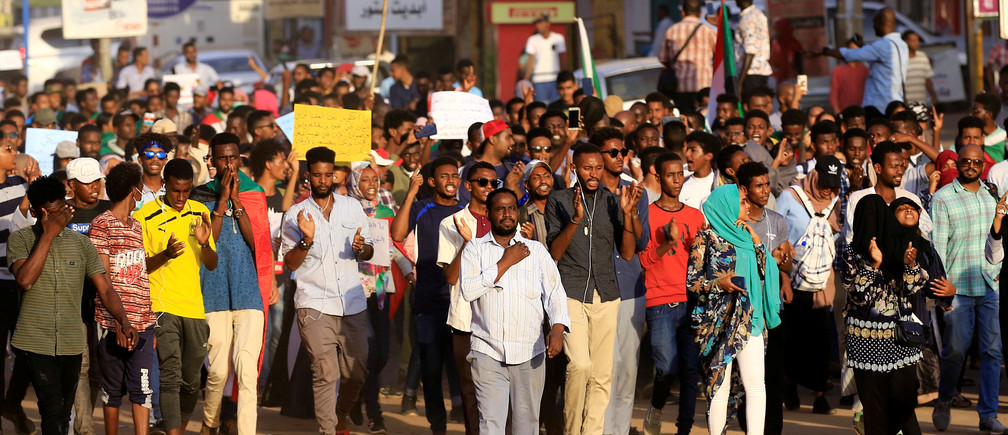 Sudanese protesters chant slogans during a rally calling for the former ruling party to be dissolved and for ex-officials to be put on trial in Khartoum, Sudan October 21, 2019. REUTERS/Mohamed Nureldin Abdallah - RC1AE4C11420