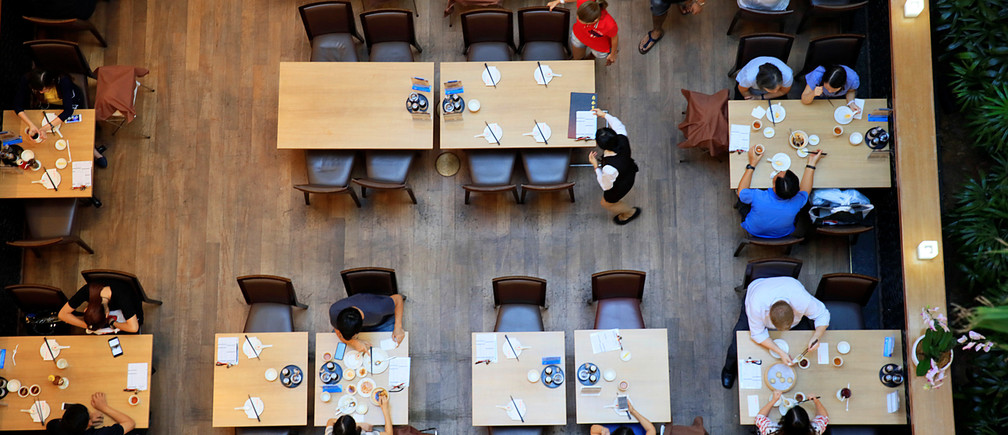 People dine in a restaurant at a mall in Singapore May 18, 2017.   Picture taken May 18, 2017.  REUTERS/Thomas White - RTS197OY