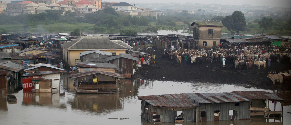 Makeshift stalls are seen submerged along river Ogun as it overflows its bank near a livestock market outside Nigeria's commercial capital Lagos October 6, 2016.REUTERS/Akintunde Akinleye     TPX IMAGES OF THE DAY      - D1AEUFLRIZAA