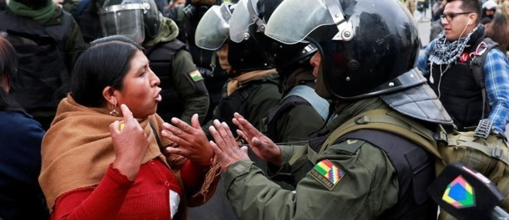 A woman argues with a member of the security forces during clashes between members of the security forces and supporters of former Bolivian President Evo Morales in La Paz, Bolivia November 13, 2019. REUTERS/Henry Romero - RC2OAD9P1YAU