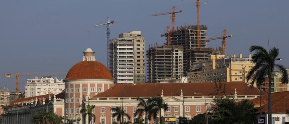 Office buildings under construction stand behind the Angolan central bank building in the capital, Luanda, in this January 20, 2010 file photo. REUTERS/Mike Hutchings/Files - GF10000382251