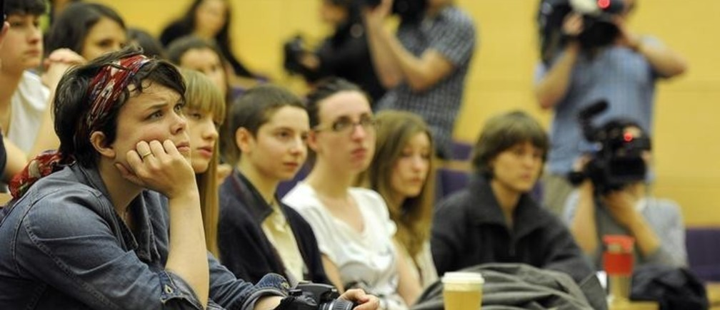 Students at Cambridge University listen to Douglas Wigdor, the lawyer representing Nafissatou Diallo, the Manhattan maid who accused Dominique Strauss-Khan of sexual assault, in Cambridge, central England March 9, 2012.  Dominique Strauss-Khan, the former IMF head, planned to speak at the Cambridge Union later on Friday.     REUTERS/Paul Hackett  (BRITAIN - Tags: EDUCATION SOCIETY)