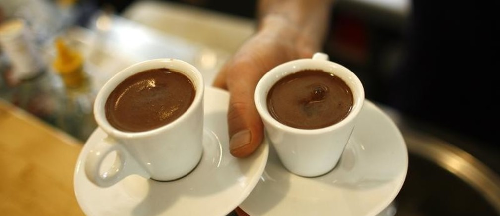A waiter carries two cups of Turkish coffee at a coffee shop in Istanbul October 19, 2007. Turks are turning their backs on traditional Turkish coffee as they acquire a taste for the cappuccinos and espressos served at global coffee chain outlets opening up across this economically booming Muslim country. Picture taken October 19, 2007. To match feature TURKEY-COFFEE      REUTERS/Osman Orsal   (TURKEY) - GM1DWNOJFUAA