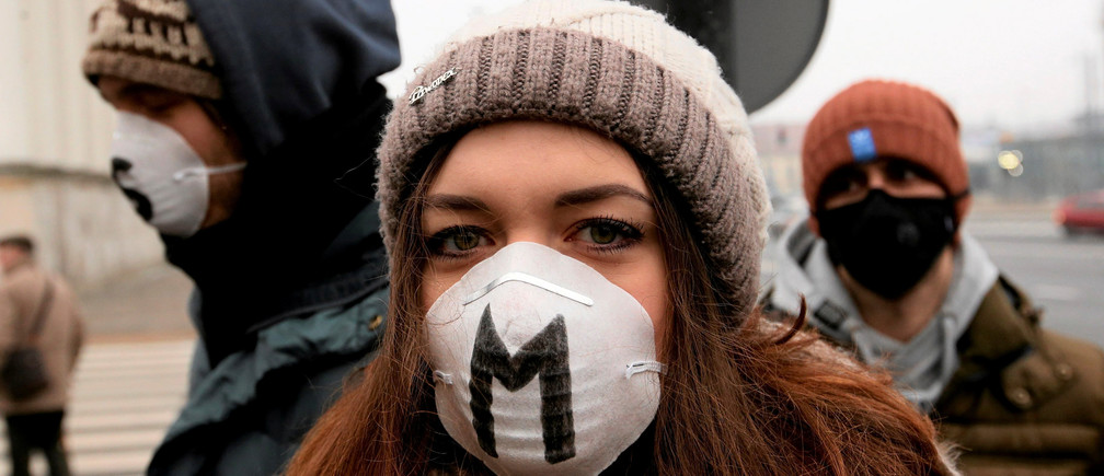 People wears masks as they take part in anti-smog demonstration demanding law regulations protecting citizens from smog in Warsaw, January 24, 2017. Picture taken January 24, 2017. Agency Gazeta/Kuba Atys/via REUTERS ATTENTION EDITORS - THIS IMAGE WAS PROVIDED BY A THIRD PARTY. EDITORIAL USE ONLY. POLAND OUT. NO COMMERCIAL OR EDITORIAL SALES IN POLAND - RC1ECCA6AD70