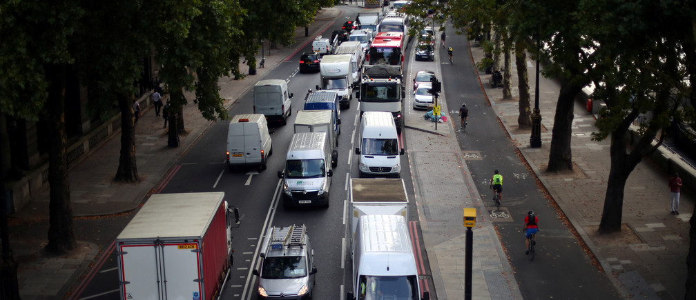 Cars sit in a traffic jam along the Embankment during the morning rush hour in central London, Britain, August 29, 2017. REUTERS/Hannah McKay - RC14051B39E0