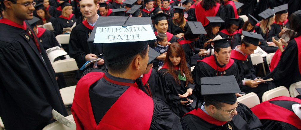 """Harvard Business School student Danial Moon wears a sign reading """"The MBA Oath"""" before Harvard University's 358th Commencement Exercises in Cambridge, Massachusetts June 4, 2009.    REUTERS/Brian Snyder   (UNITED STATES EDUCATION) - GM1E565090P01"""