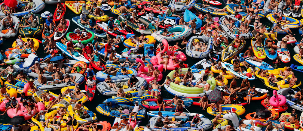 People on inflatable boats enjoy the weather on the Lake Lucerne in Sisikon, Switzerland, August 5, 2018. REUTERS/Denis Balibouse      TPX IMAGES OF THE DAY - RC1CEF5FB7A0