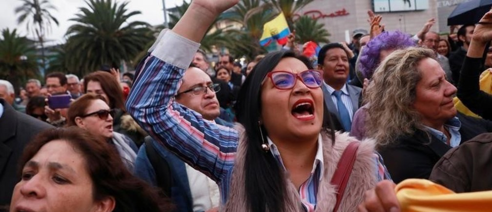 People shout during a protest outside the Mexican embassy in Quito after the Mexican embassy has offered protection and shelter to six people, including legislators, in Ecuador October 16, 2019. REUTERS/Henry Romero - RC1AF8CF0320