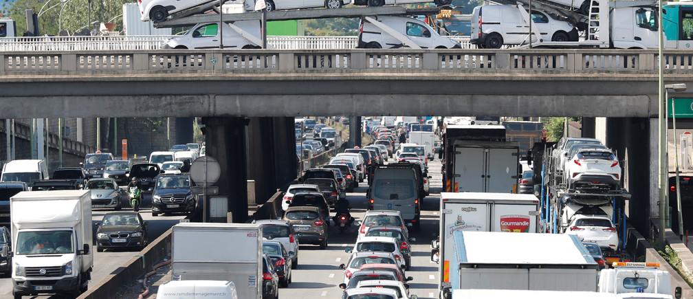 Rush hour traffic fills the ring road in Paris, France, June 28, 2017. REUTERS/Charles Platiau - RTS18YC6