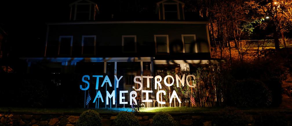 Se ve un letrero encendido fuera de una casa durante el brote de la enfermedad coronavirus (COVID-19) en el suburbio neoyorquino de Piermont, Nueva York, EE.UU., el 13 de abril de 2020. REUTERS/Mike Segar