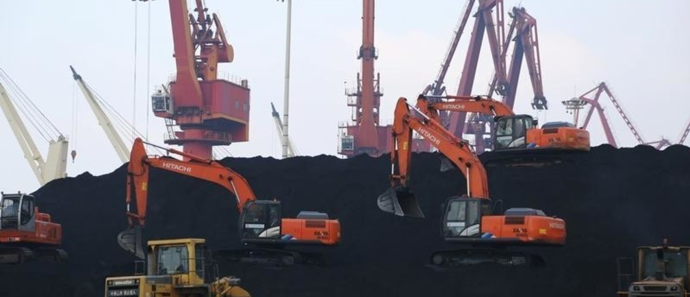 Workers operate loaders unloading imported coal at a port in Lianyungang, Jiangsu province, China December 5, 2019. REUTERS/Stringer ATTENTION EDITORS - THIS IMAGE WAS PROVIDED BY A THIRD PARTY. CHINA OUT. - RC2XOD9N47V8